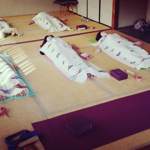 ヨガ月曜18:00〜上質睡眠に導くクラス