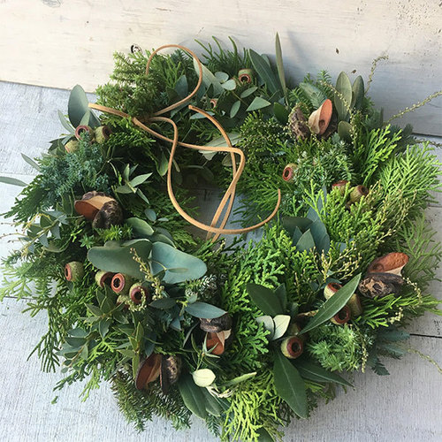 12月フラワーアレンジメント1 針葉樹と実物でつくるナチュラルリース