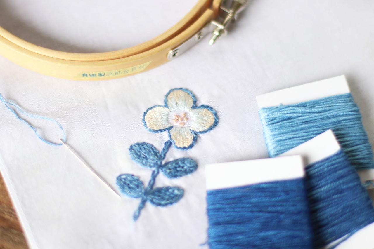 藍の糸でハンカチ刺繍