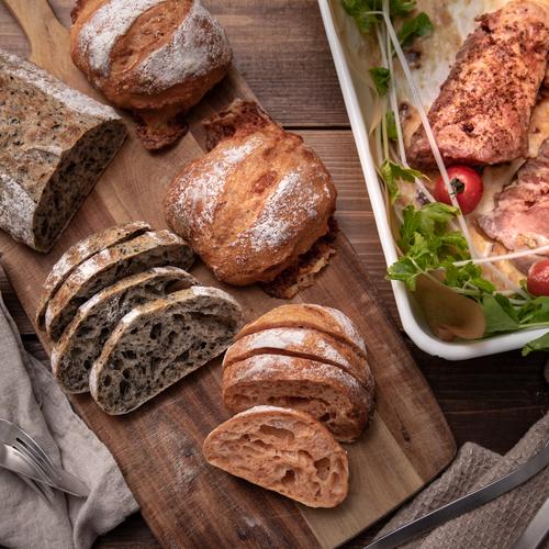 自家製酵母パン!2種類のリュスティック!トマトと3種のチーズ&ごまごま、酵母とハーブのローストポークw/自家製マスタード