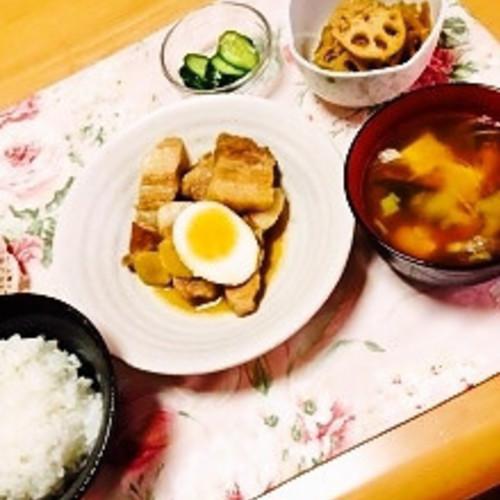 豚の角煮 ・れんこんの金平 ・きゅうりのピリ辛漬け ・塩麹を使ったお味噌汁