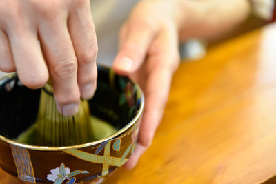 【要事前予約(前日まで)】【抹茶づくり&茶道体験】石臼を挽いて自分で抹茶を作って、点てて飲む体験