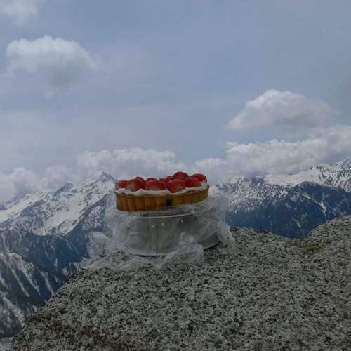 ?北アルプス 燕岳の山頂にて、苺のタルト