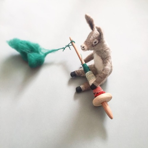 緒方伶香「羊毛のロバ作り」