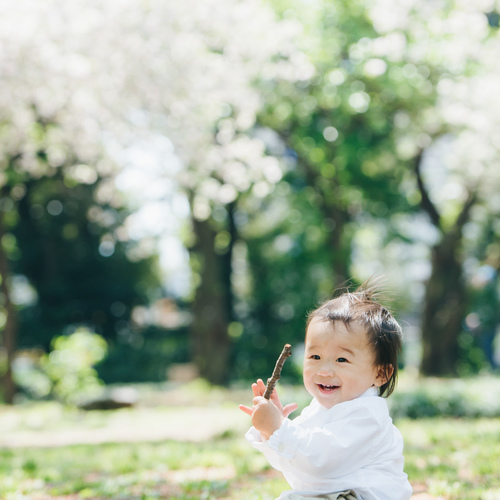 ひとり座りができる赤ちゃんをお外で可愛く撮ろう! 【hanano✖️TOMY コラボ写真教室】