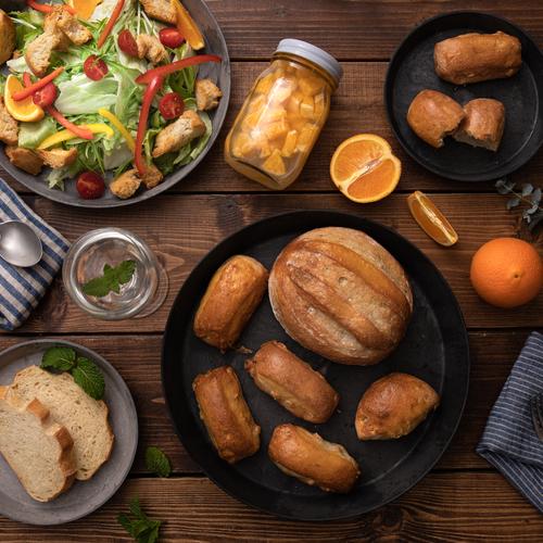 オレンジ酵母パン!ココナッツミルクハース&ヘーゼルナッツ、オレンジ酵母とココナッツオイルのドレッシングでパンサラダ!