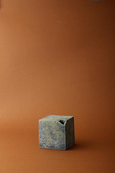 手びねりで作る幾何形体の花器