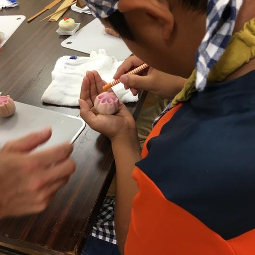 和菓子屋さんになって和菓子作り体験